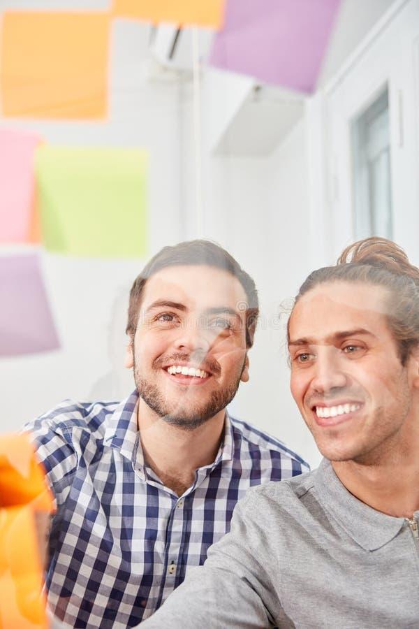 Les gens d'affaires créatifs rassemblent des idées sur le papier photos stock