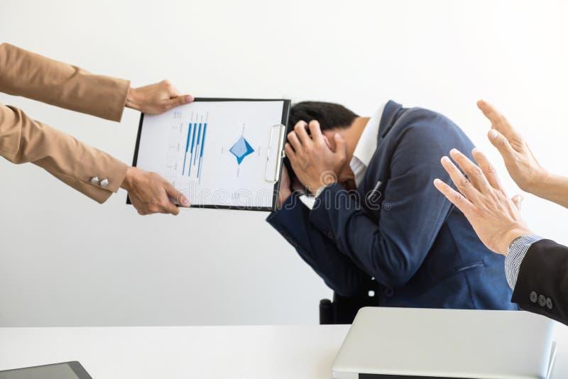 Les gens d'affaires de problème de conflit fonctionnant dans l'équipe se transforment en figh images stock