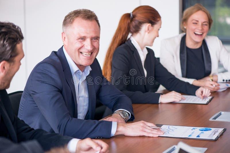 Les gens d'affaires discutent des documents photos stock