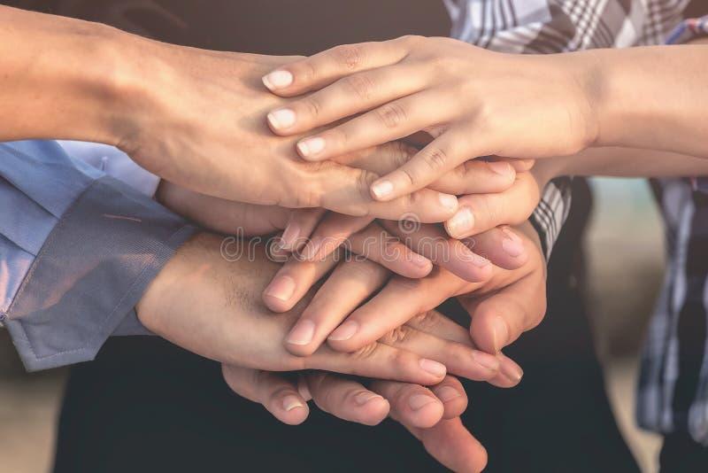 Les gens d'affaires et les architectes joignent des mains pour le travail d'équipe et l'unité photo libre de droits