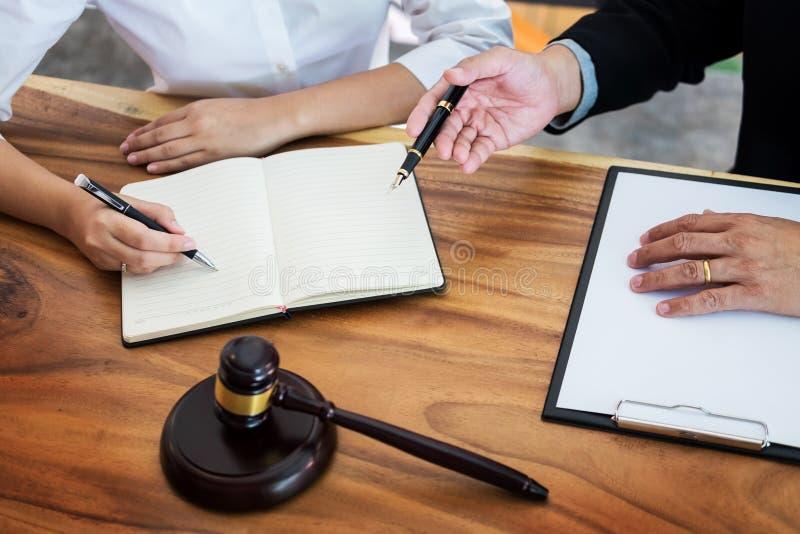 les gens d'affaires et les avocats discutant le contrat empaquettent a se reposant image stock