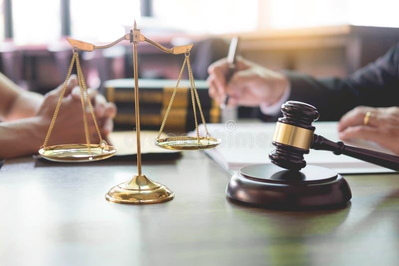 les gens d'affaires et les avocats discutant le contrat empaquettent se reposer à la table Concepts de loi, conseil, services jur photographie stock