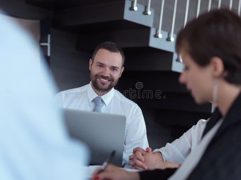 Group of businesspeople with thumbs up du geste dans un bureau