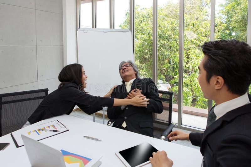 Les gens d'affaires ont l'arrêt du coeur Homme asiatique d'affaires l'ayant images libres de droits