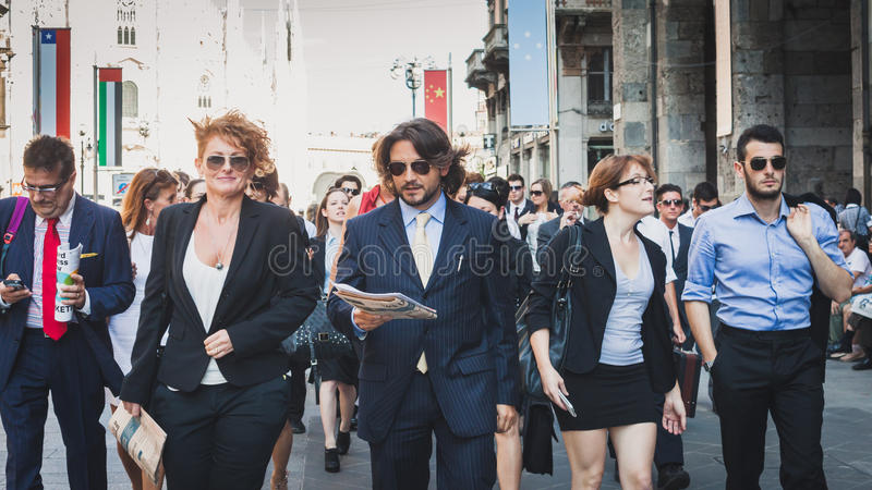 Les gens d'affaires participent immédiatement foule à Milan, Italie photographie stock