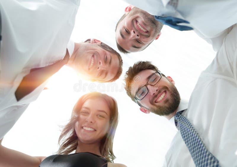 Les gens d'affaires réussis avec des bras autour de l'un l'autre le ` s épaulent image libre de droits