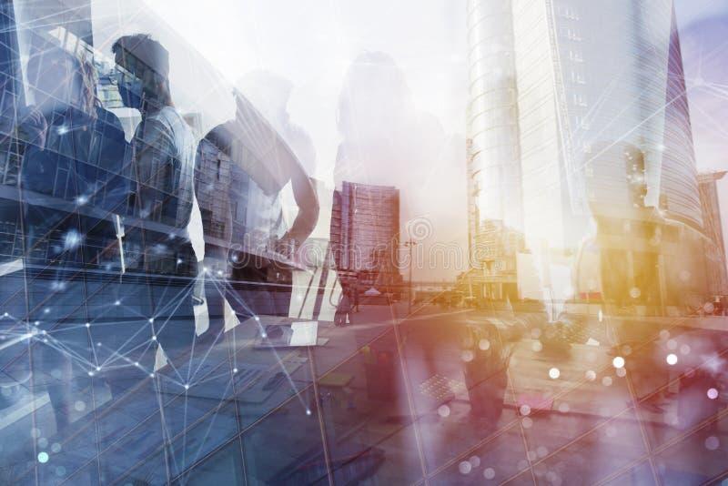 Les gens d'affaires travaillent ensemble dans le bureau avec des effets de réseau Internet Concept de travail d'équipe et d'assoc photos libres de droits