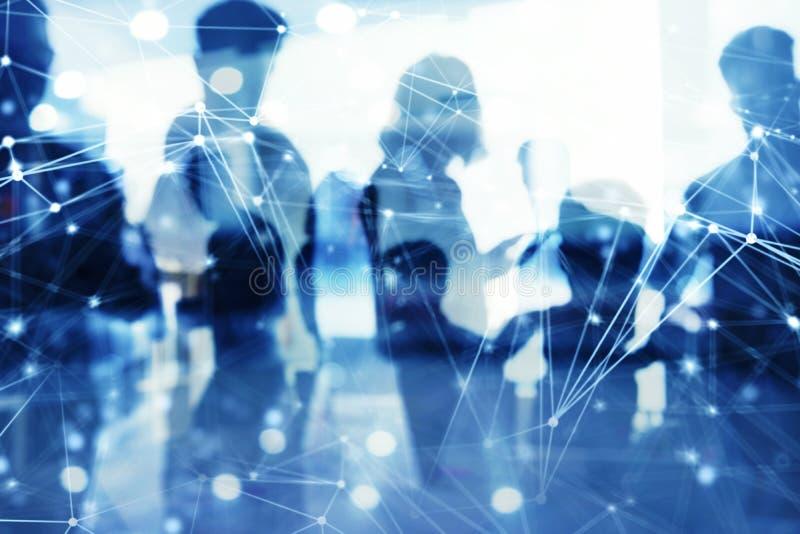 Les gens d'affaires travaillent ensemble dans le bureau avec des effets de réseau Internet Concept de travail d'équipe et d'assoc photo libre de droits