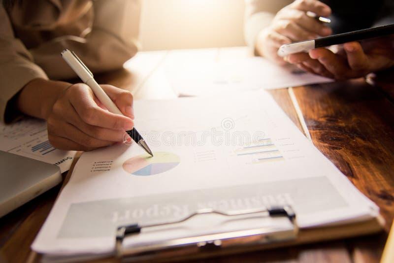Les gens d'affaires travaillent sur des comptes dans l'analyse commerciale avec les graphiques et la documentation images libres de droits
