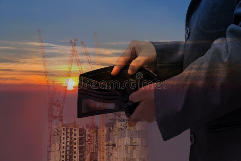 Les gens d'affaires vérifient le portefeuille noir sur le fond de bâtiment, concept d'affaires image libre de droits