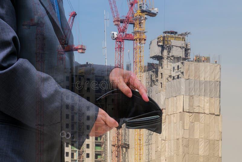 Les gens d'affaires vérifient le portefeuille noir sur le fond de bâtiment, concept d'affaires images stock