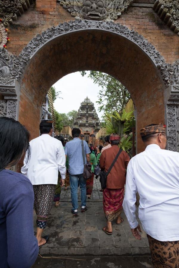 Les gens d'Ubud se préparent à l'enterrement de famille royale d'Ubud - 27 février 2018 photographie stock