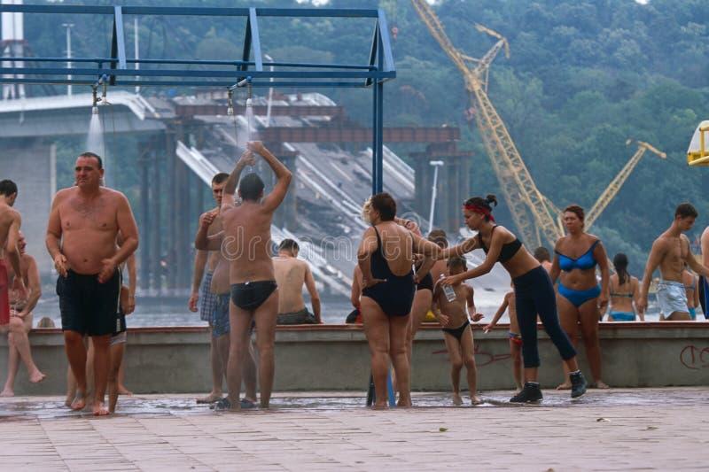 Les gens dans des costumes de natation par la passerelle détruite, Serbie photos libres de droits