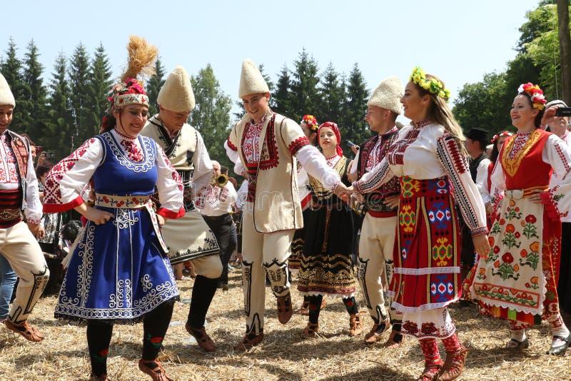 """Les gens dans des costumes folkloriques authentiques traditionnels sur la foire nationale """"Ledenika """"de folklore photo stock"""