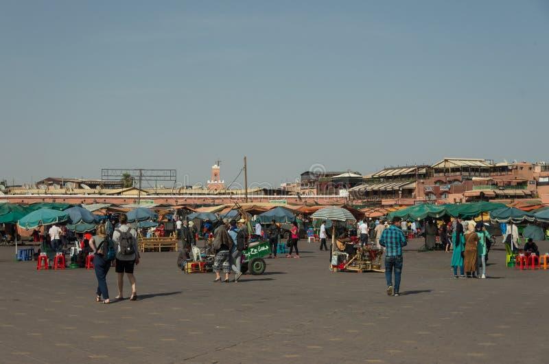 Les gens dans l'EL-Fna de Jemaa, place principale de Marrakech, Maroc photo stock