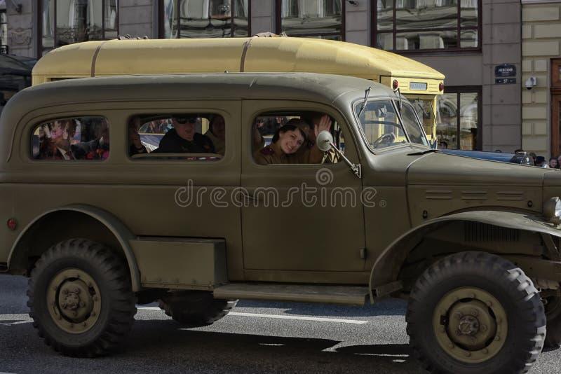 Les gens dans l'uniforme historique du WWII sur une vieille voiture image stock
