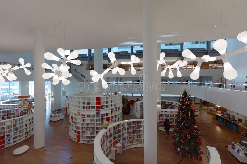 Les gens dans la bibliothèque publique d'Amsterdam, Pays-Bas image libre de droits