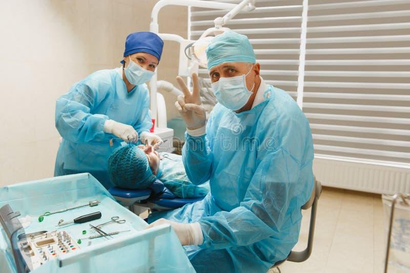 Les gens dans la clinique dentaire traitent leurs dents photo stock
