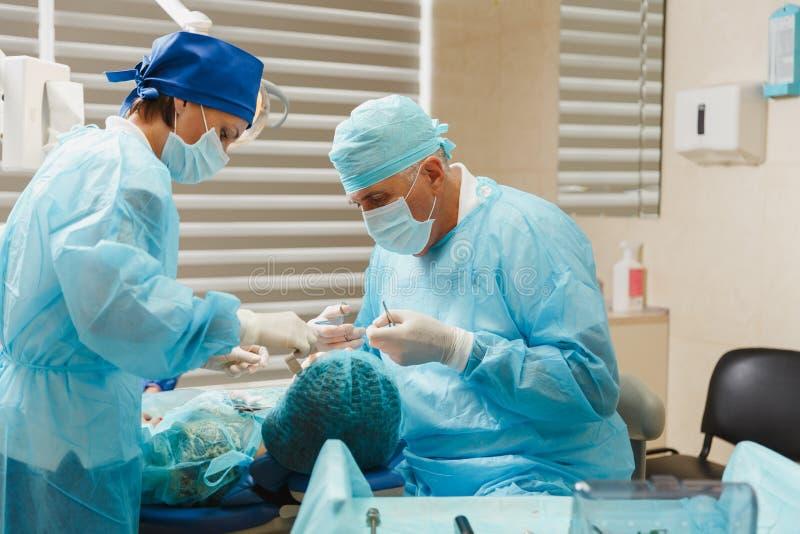 Les gens dans la clinique dentaire traitent leurs dents image stock