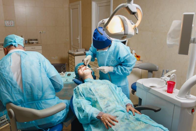 Les gens dans la clinique dentaire traitent leurs dents photos libres de droits