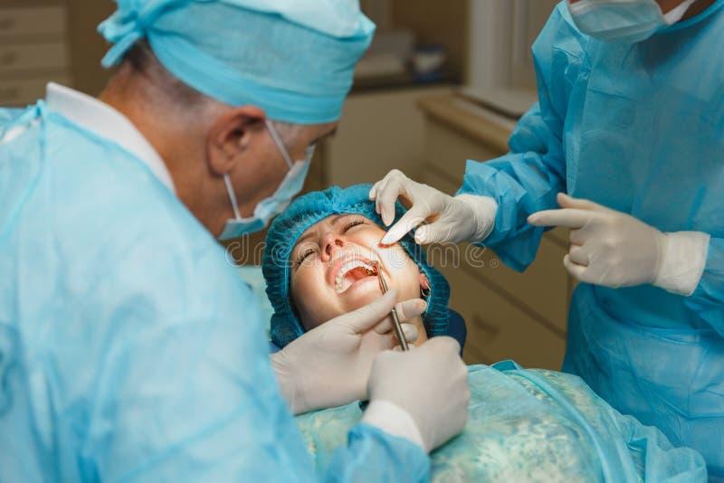 Les gens dans la clinique dentaire traitent leurs dents photo libre de droits