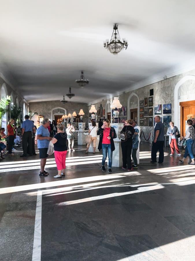 Les gens dans la galerie potable de l'eau naturelle Narzan image stock