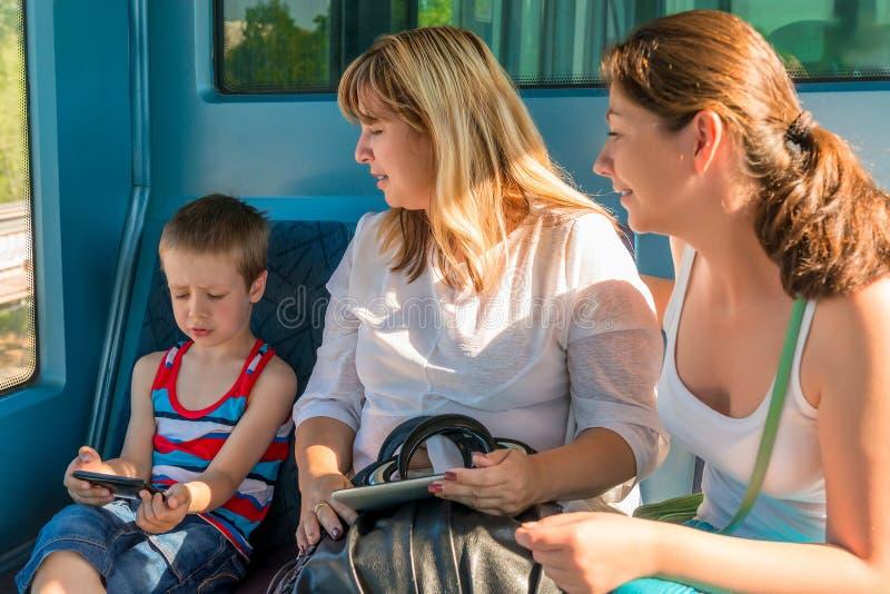 Les gens dans la métro de lumière de train photographie stock libre de droits