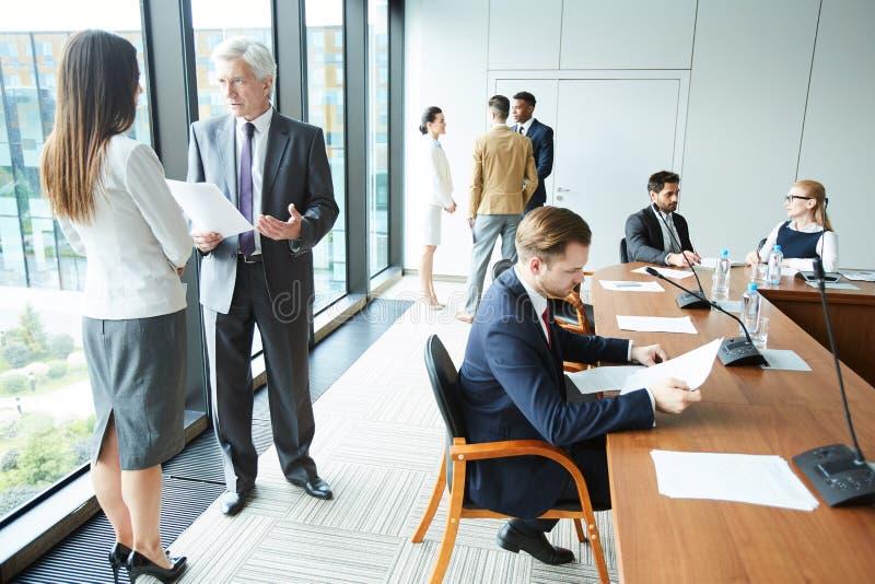 Les gens dans la pièce de conférence d'affaires photos stock