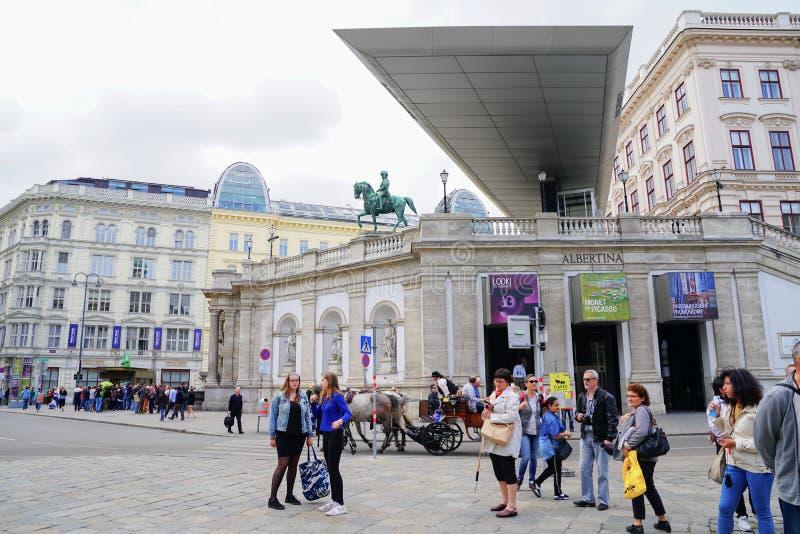 Les gens dans la place d'Albertinaplatz près d'Albertina Art Museum photo libre de droits