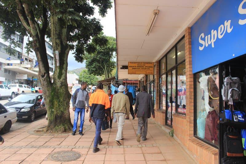 Les gens dans la rue à Mbabane, Souaziland, Afrique australe, ville africaine images libres de droits
