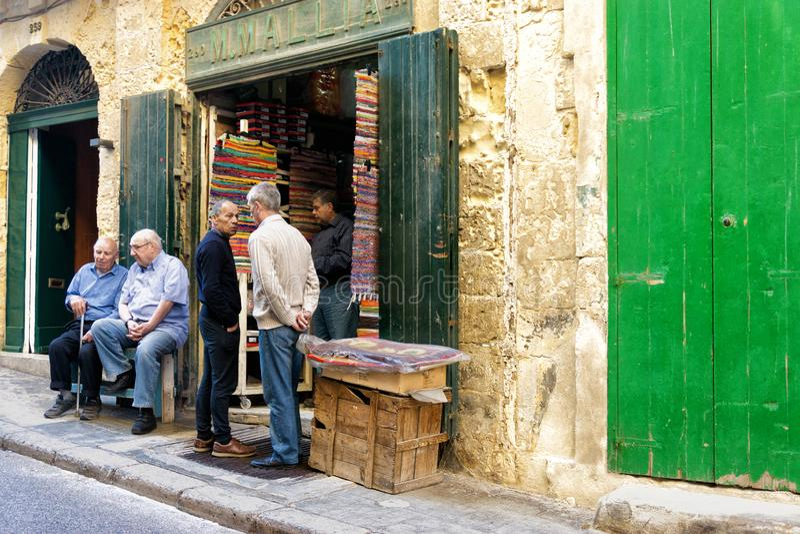Les gens dans la rue à La Valette, Malte images libres de droits
