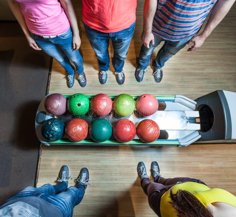 Les gens dans le bowling images stock