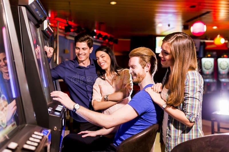 Download Les gens dans le casino photo stock. Image du victoire - 77150442