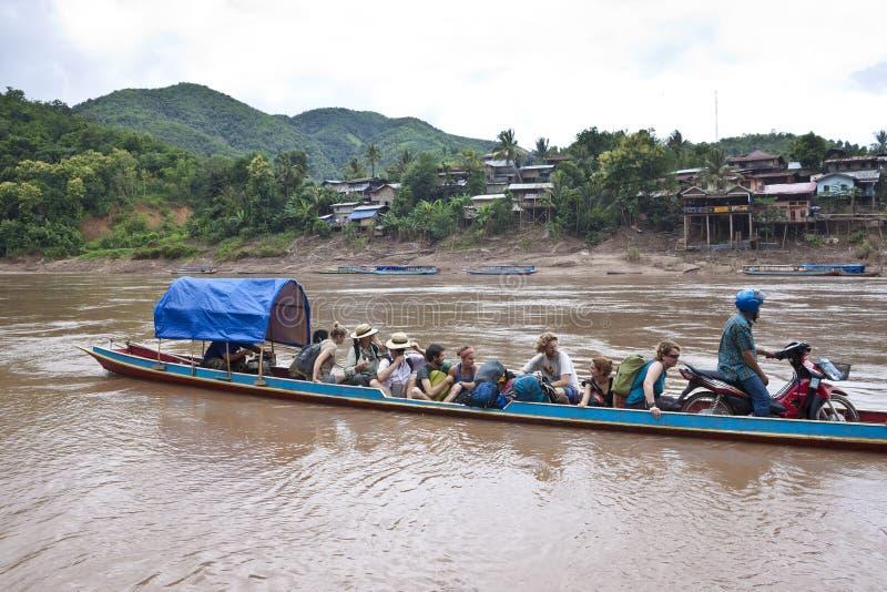 Les gens dans le ferry de rivière photographie stock libre de droits