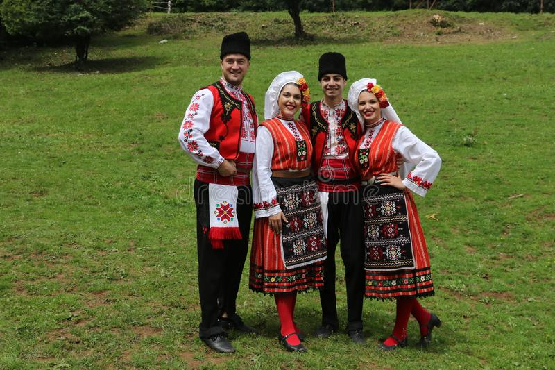 Les gens dans le folklore authentique traditionnel costument un pré près de Vratsa, Bulgarie image libre de droits