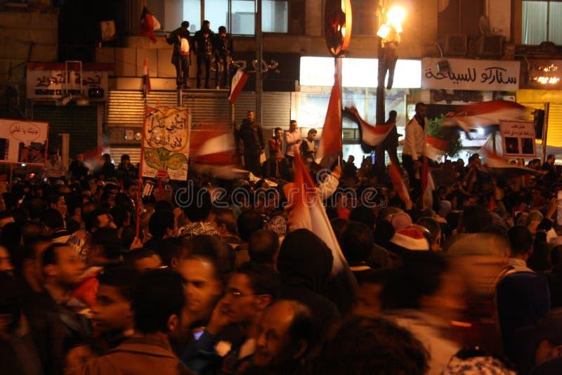 Les gens dans le grand dos de tahrir pendant la révolution égyptienne photos libres de droits