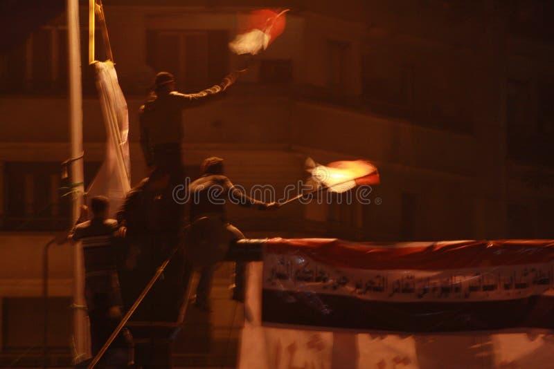 Les gens dans le grand dos de tahrir pendant la révolution égyptienne images libres de droits
