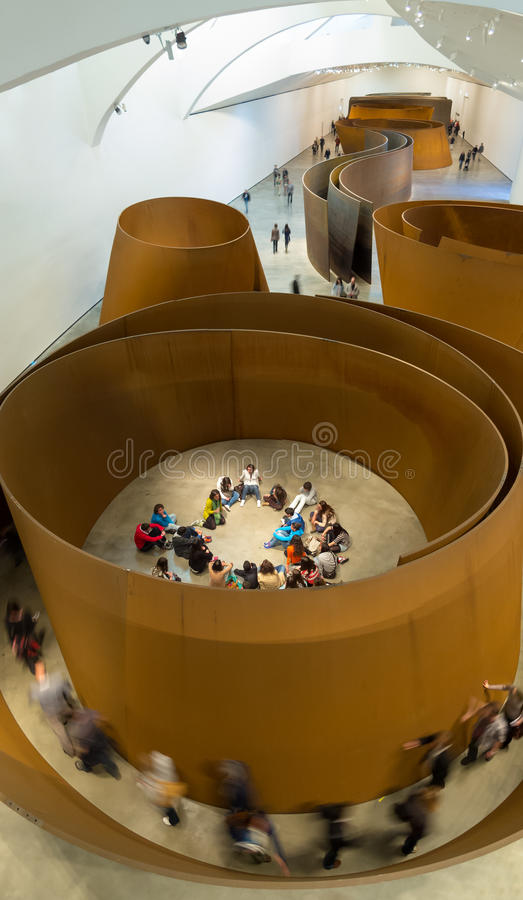 Les gens dans le musée de Guggenheim Bilbao, Espagne, l'Europe images stock