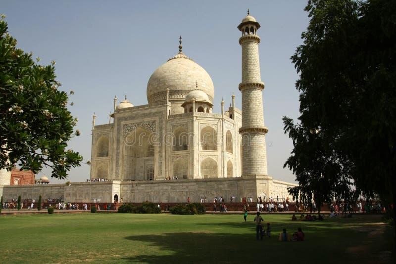 Les gens dans le secteur de Taj Mahal, une des sept merveilles du monde images stock