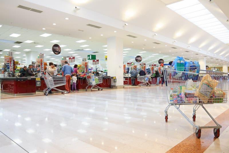 Les gens dans le supermarché italien photographie stock