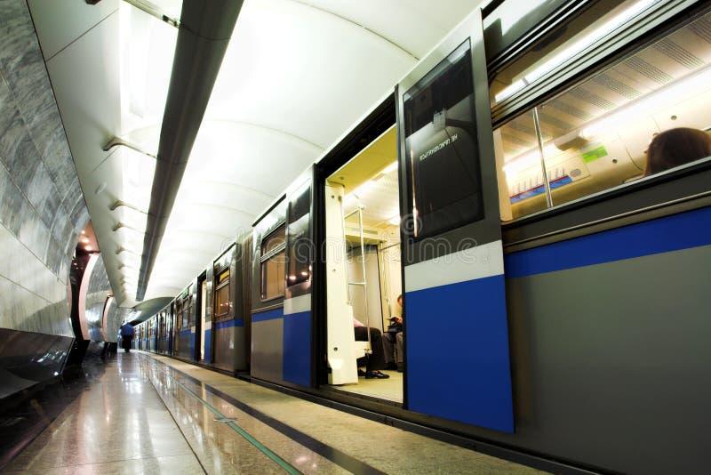 Les gens dans le train rapide dans le souterrain photo stock