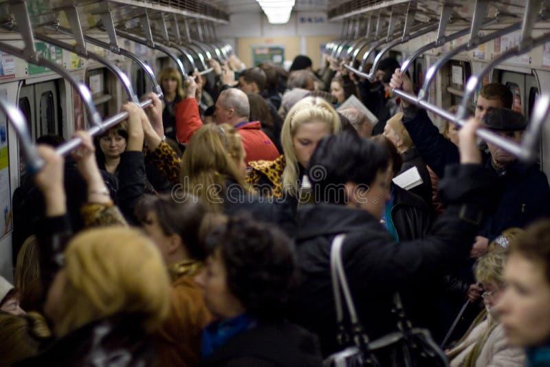 Les gens dans le véhicule de métro image stock