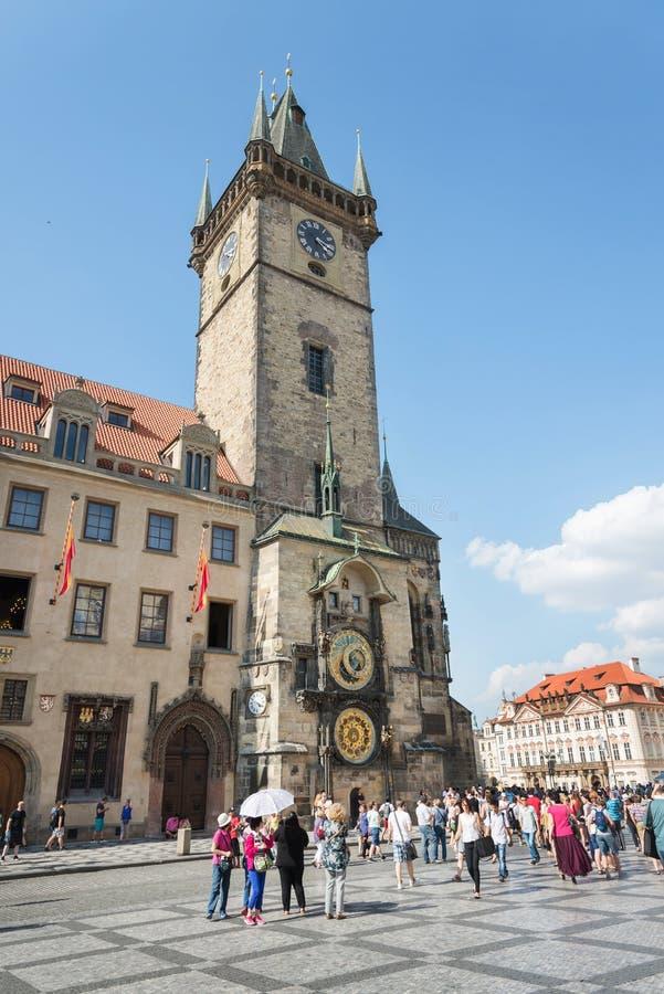 Les gens dans le vieil hôtel de ville - Prague - Tchèque images stock
