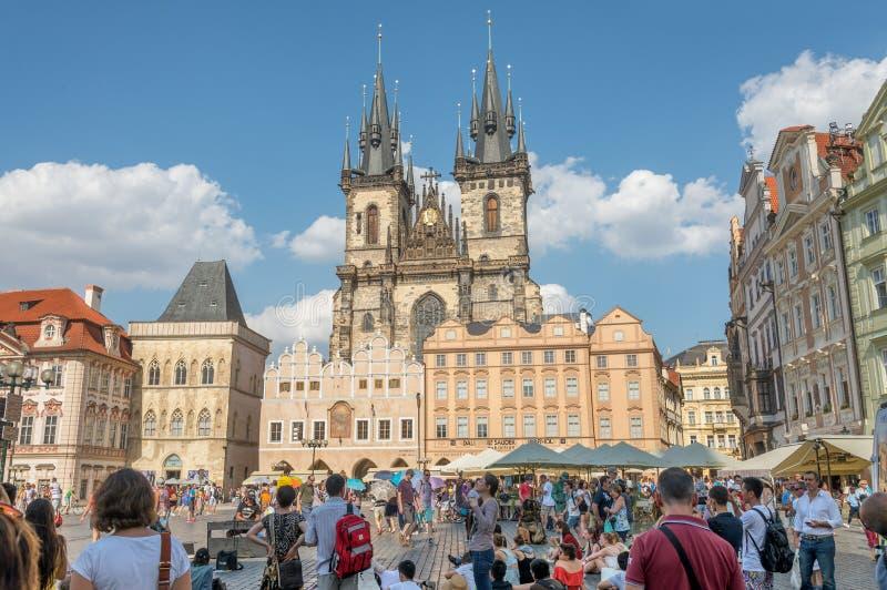 Les gens dans le vieil hôtel de ville - Prague - Tchèque images libres de droits