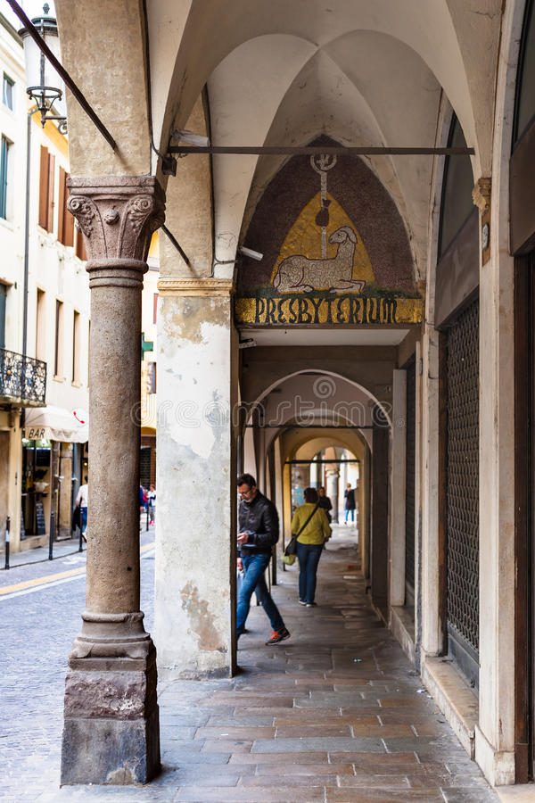 Les gens dans les arcades de la ville de Padoue photos stock