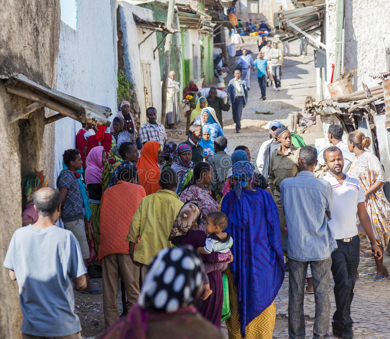 Les gens dans leurs activités courantes quotidiennes qui presque sans changement pendant plus de quatre cents années Harar l'ethi photos stock