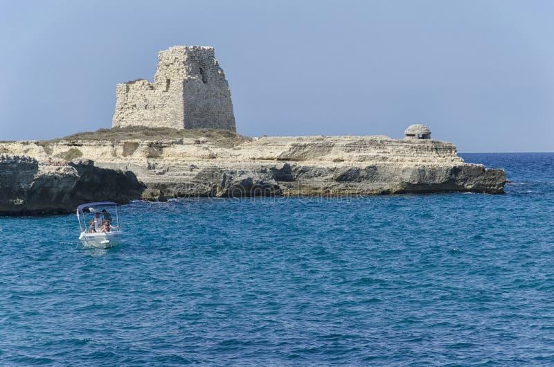 Les gens dans un bateau en belle mer de Salento images libres de droits