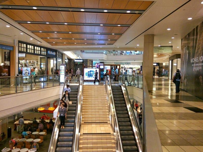 Les gens dans un centre commercial photos stock