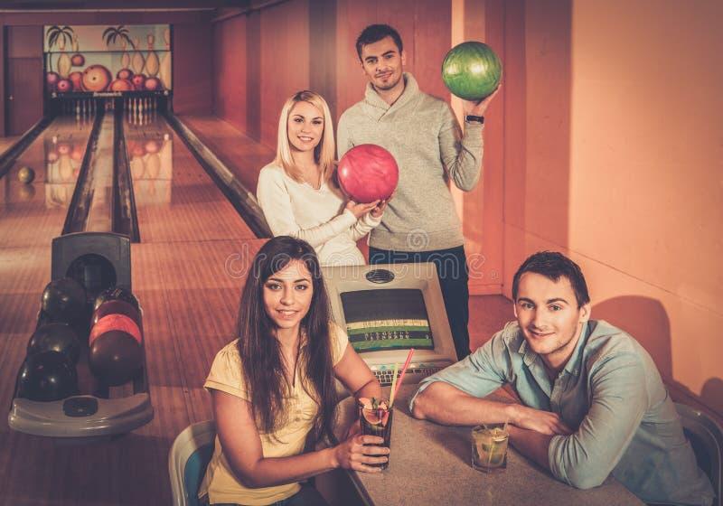 Les gens dans un club de bowling photographie stock