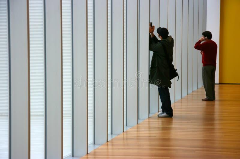 Les gens dans un vestibule photo stock